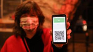 Códigos QR y tecnología blockchain: así se evitará la falsificación del pasaporte covid
