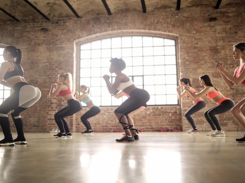 Cómo hacer bien las sentadillas: tres ejercicios para hombres y mujeres