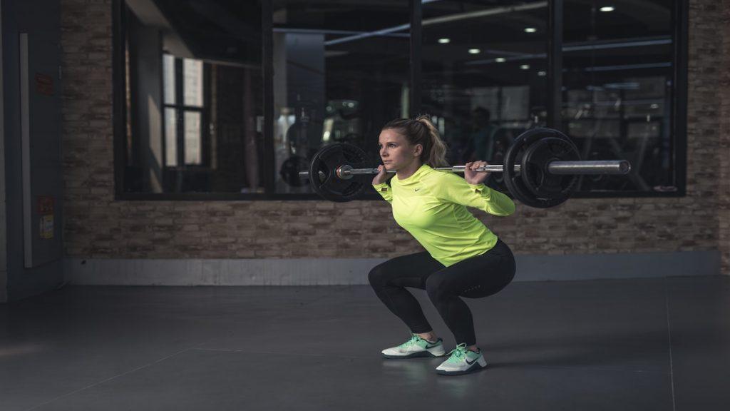 sentadillas gimnasio deporte rutina mujer