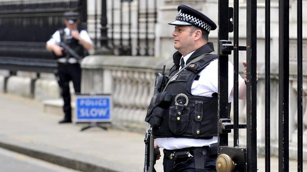 La tercera noche de violencia en Irlanda del Norte deja policías heridos por bombas de gasolina y ladrillos