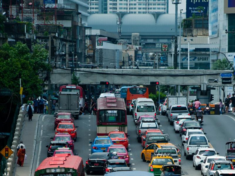 Bangkok cierra 200 bares por un brote de covid-19