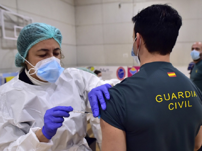 """Policías y guardias civiles insisten en que la Generalitat de Cataluña """"elude citarles"""" para vacunarse como Mossos"""