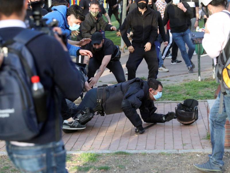 Un policía es agredido en los disturbios de Vallecas