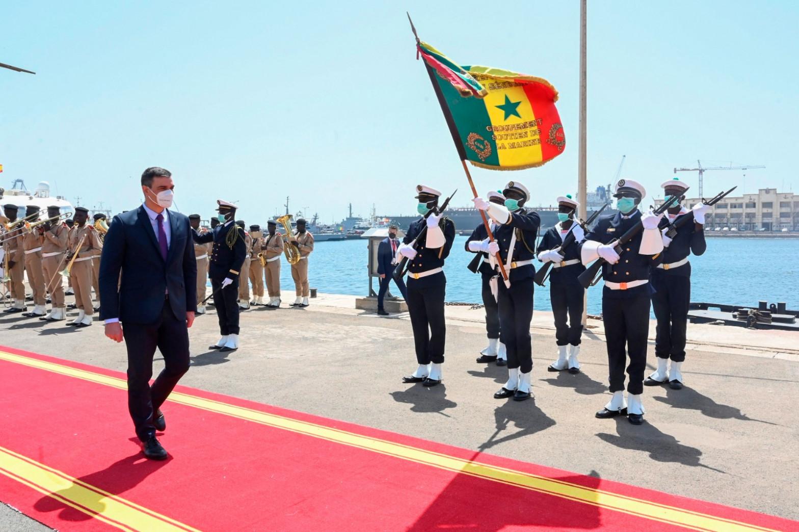 Sánchez utiliza su viaje a Senegal para agitar la guerra de cifras contra Madrid