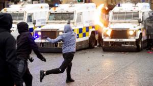 Otra jornada de violencia en Irlanda del Norte: la Policía dispersa a los manifestantes con cañones de agua
