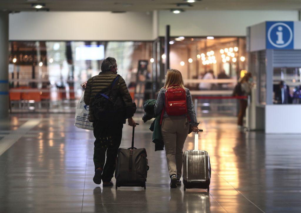 Dos pasajeros caminan por la Estación de Méndez Álvaro, en Madrid (España).