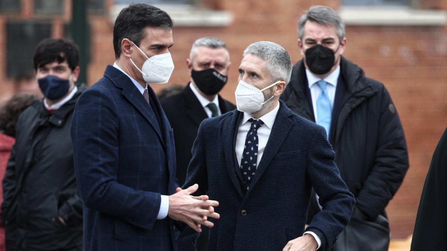 El presidente del Gobierno, Pedro Sánchez (2i), y el ministro del Interior, Fernando Grande-Marlaska (2d)