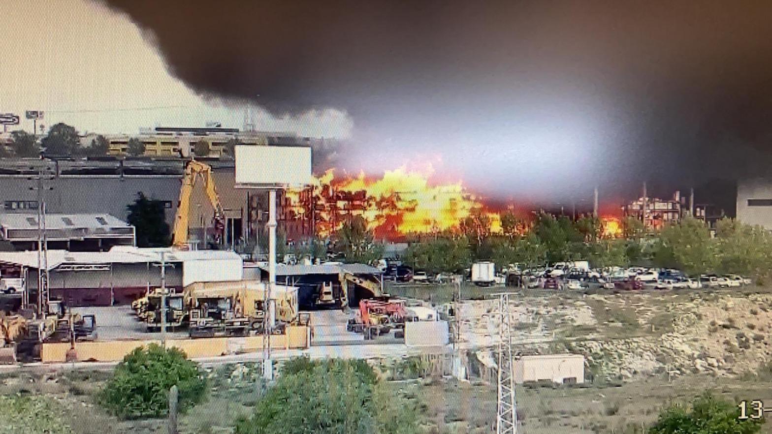 El incendio de una nave industrial en Seseña Nuevo (Toledo) provoca una gran nube de humo