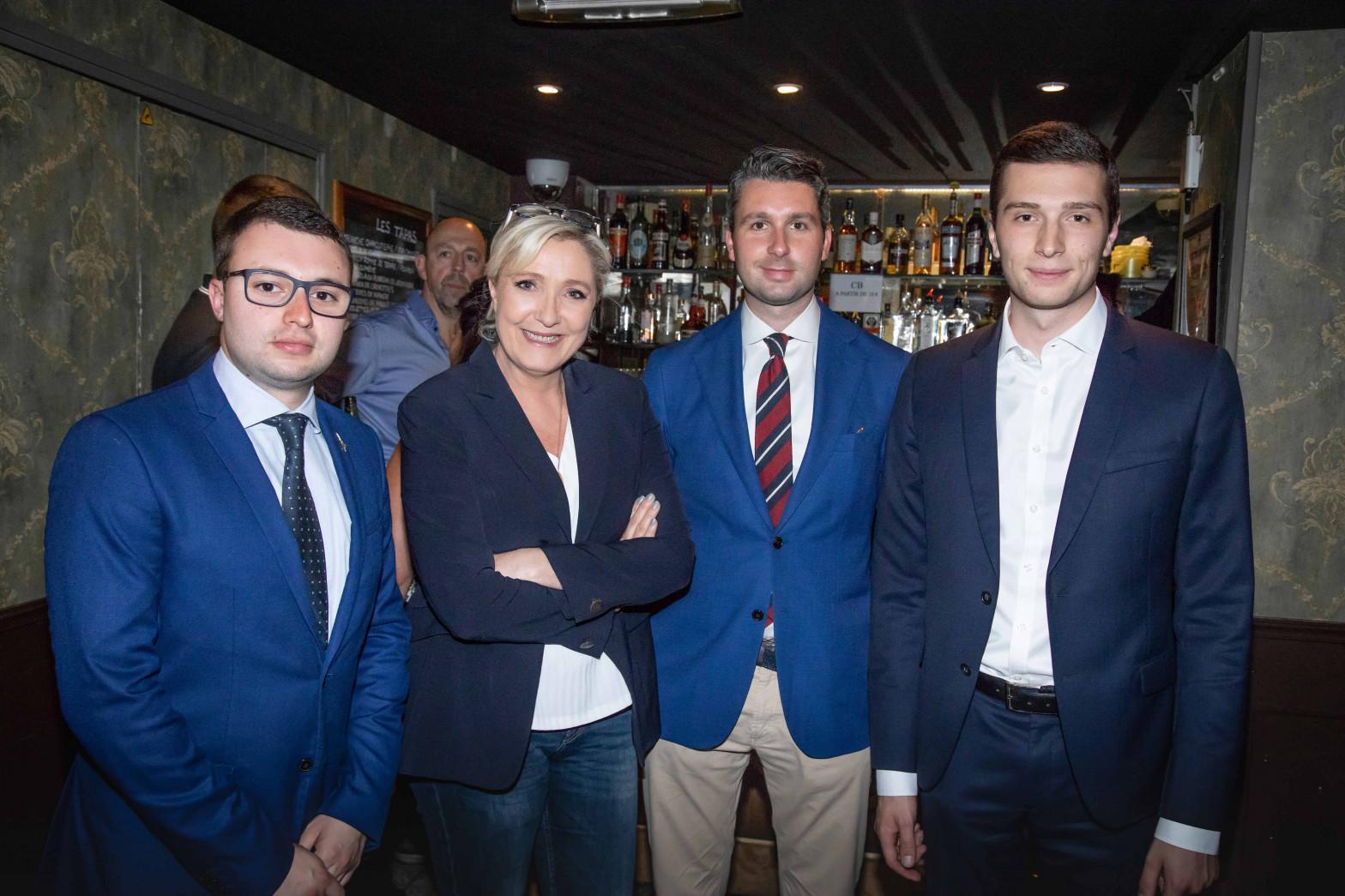 Marine Le Pen con varios cuadros jóvenes, entre ellos Jordan Bardella, candidato a las europeas de 23 años (el más a la derecha)