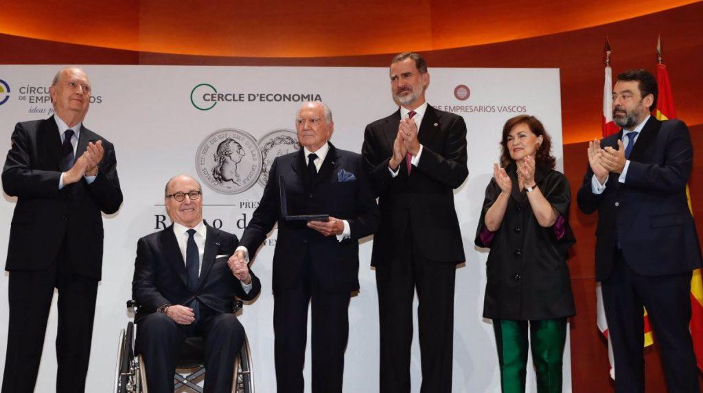 """El Rey, entregando el Premio """"Reino de España a la Trayectoria Empresarial"""" a Mariano Puig Planas."""