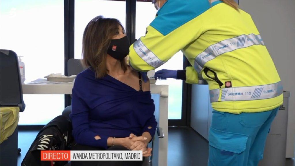Ana Rosa Quintana, en el momento de recibir la vacuna de AstraZeneca