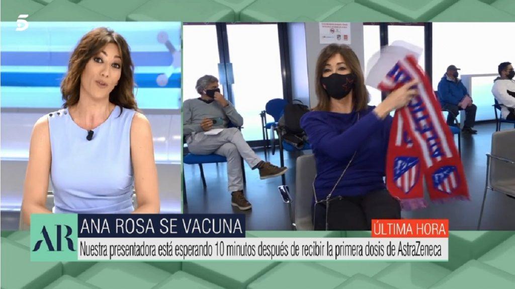 Ana Rosa Quintana muestra la bufanda del Atlético de Madrid