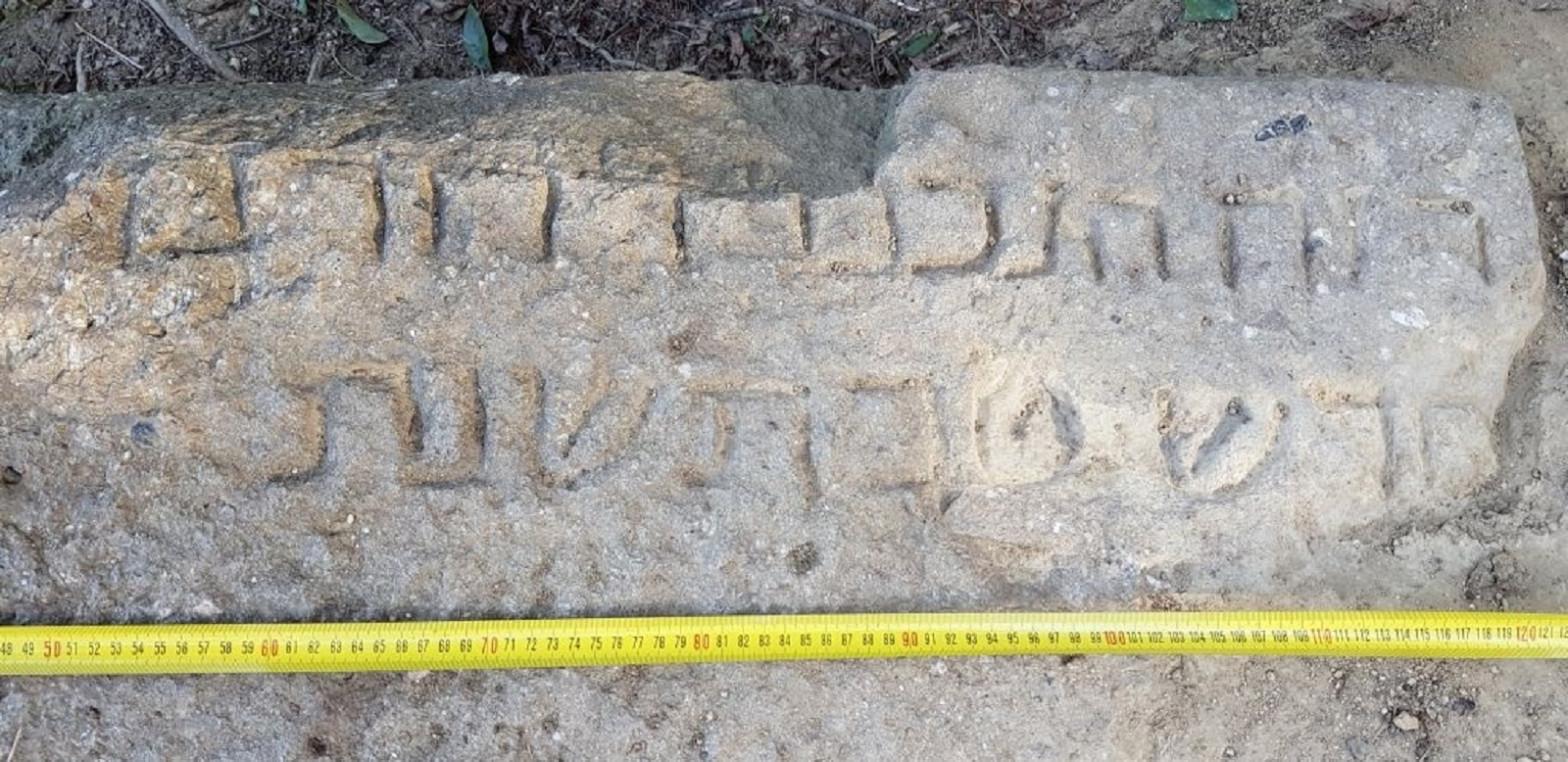 Encuentran una lápida epigrafiada de la necrópolis judía de Montjuïc
