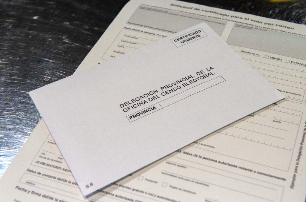 Ejemplo de voto por correo para las elecciones que se puede obtener en Correos, en la Oficina de Correos de Cibeles, en Madrid, (España).