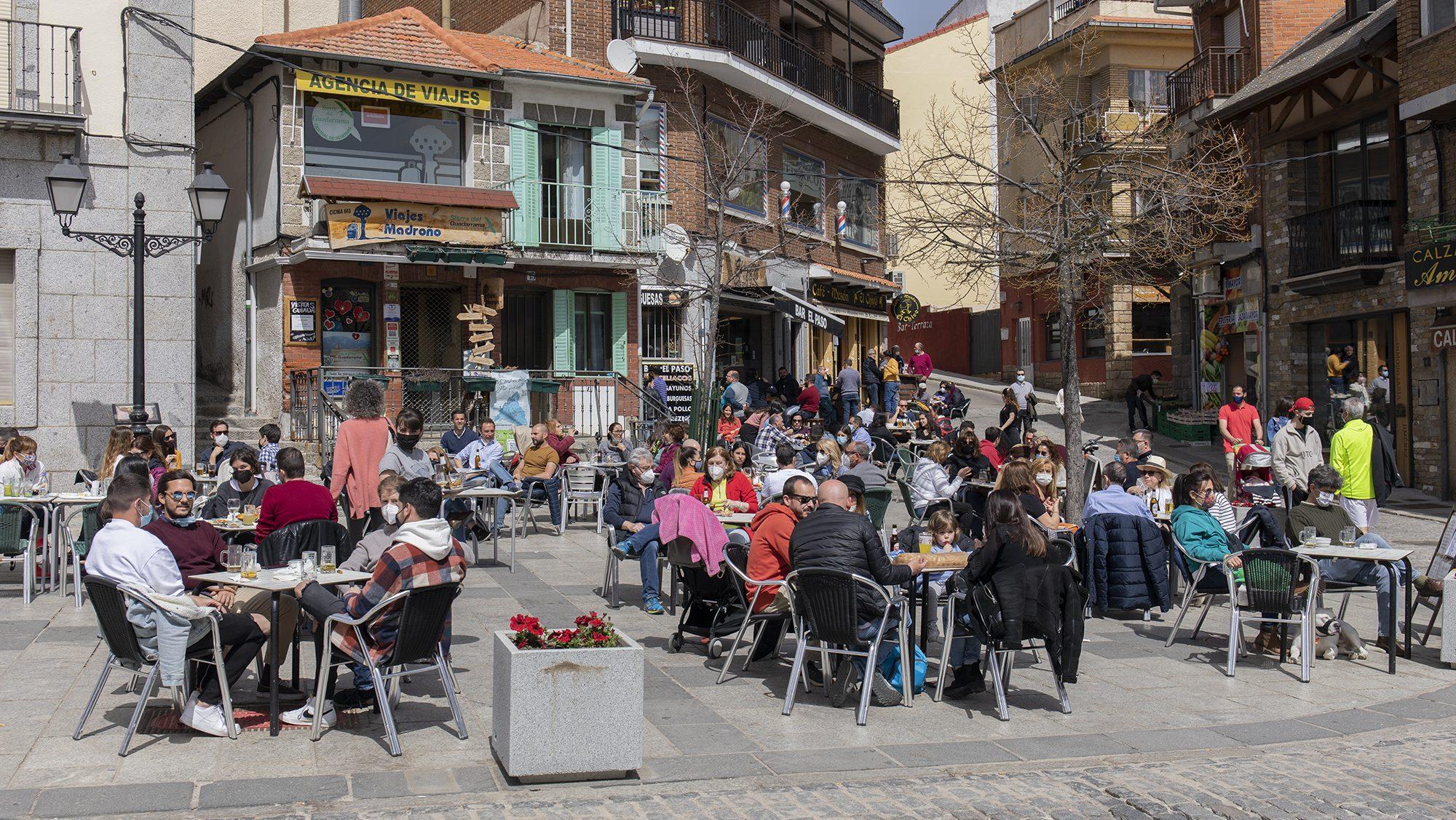 Una terraza llena de gente en Cercedilla, Madrid (España).