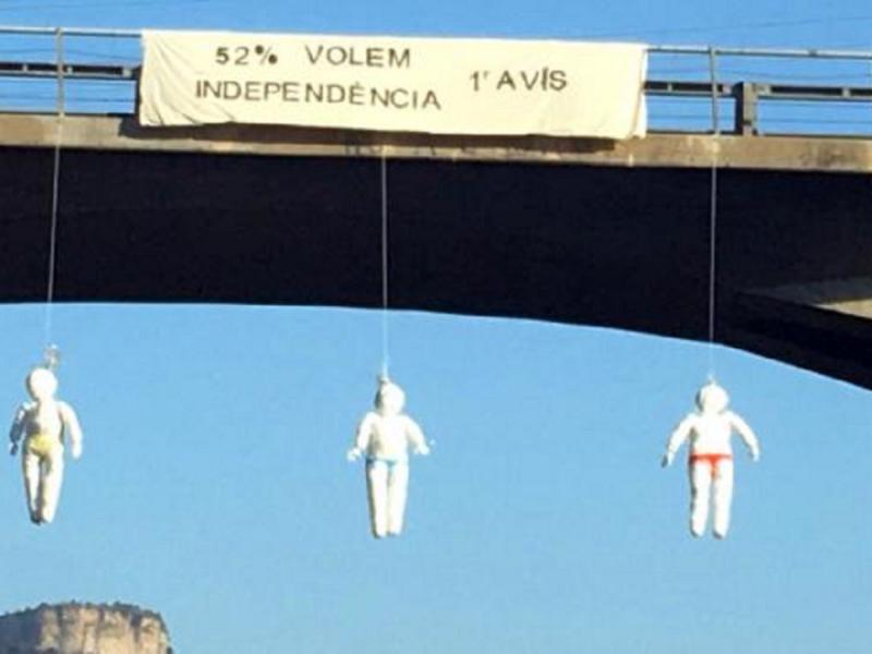 Cuelgan muñecos de ERC, JxCat y CUP en puentes de varias carreteras catalanas