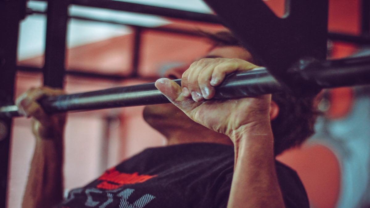 dominadas ejercicio espalda gimnasio