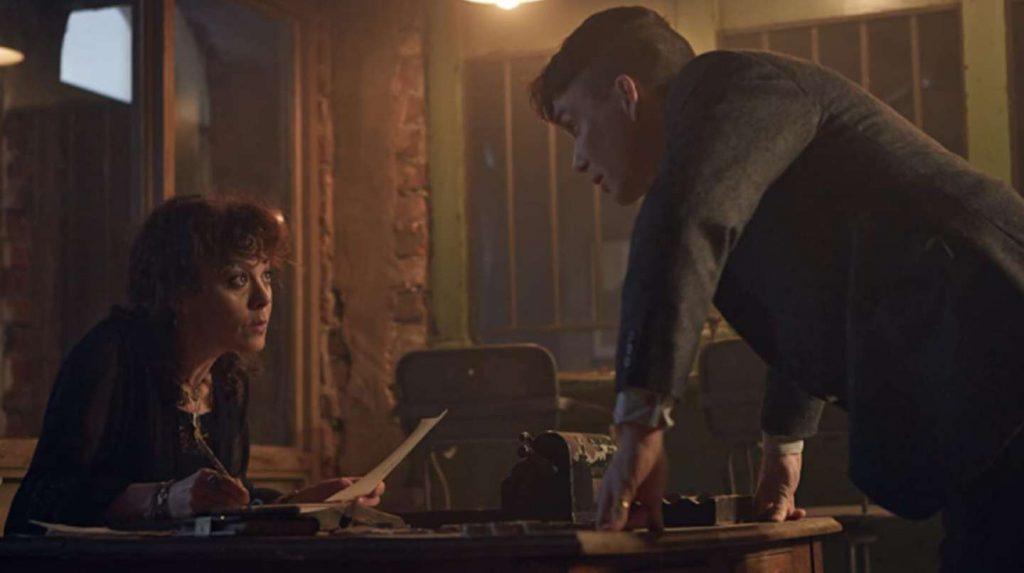 Helen McCrory, como Polly Gray junto a Cillian Murphy, como Tommy Shelby.
