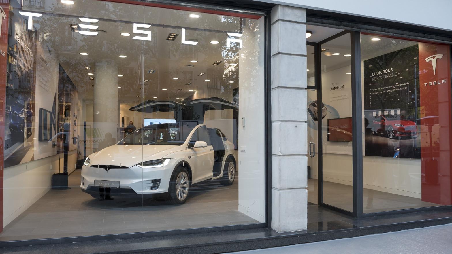 """El accidente de un vehículo Tesla """"sin nadie al volante"""" deja dos muertos en Texas"""