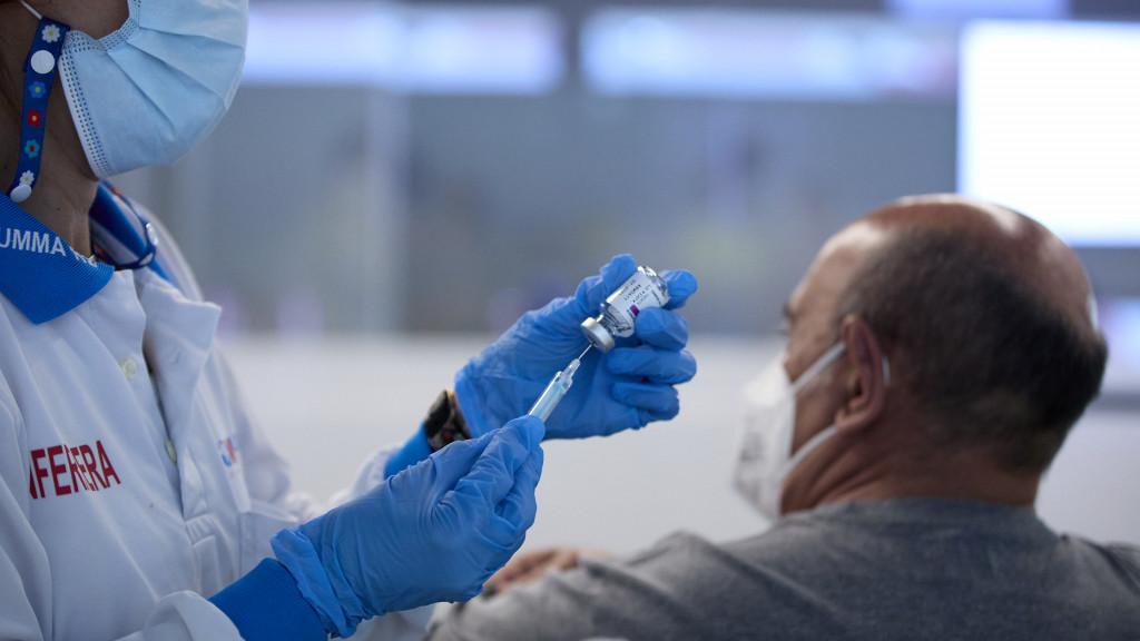 Una persona recibe la vacuna contra la covid en el Wanda Metropolitano (Madrid)
