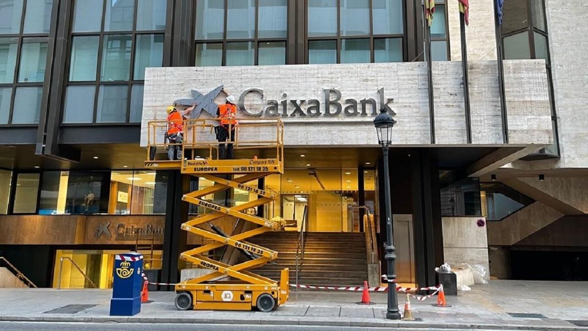 Despidos en CaixaBank: el rostro amargo de una fusión