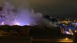 Los bomberos extinguen un incendio en una nave de Puente de Vallecas (Madrid)