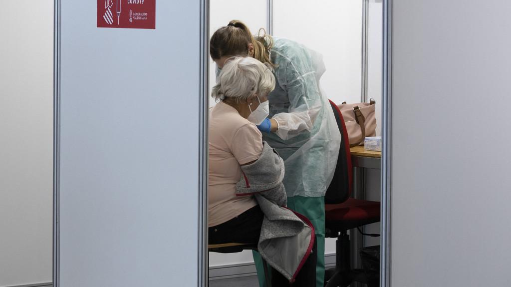 Casi el 70% de los mayores de 80 años está inmunizado con las dos dosis de la vacuna