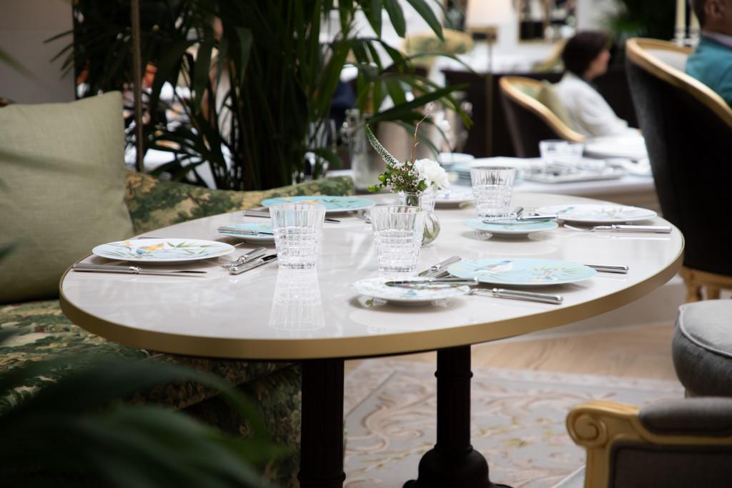 Mesa vestida del restaurante Palm Court del hotel Ritz