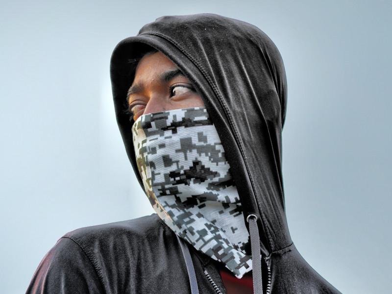 Vox usa una fotografía de un adulto y de un banco de imágenes para su campaña contra los menas