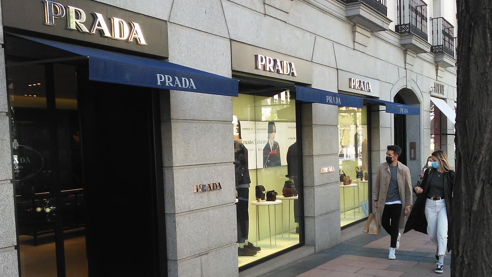 El grupo de lujo Prada contrata a Garrigues y demanda al casero de la Milla de Oro