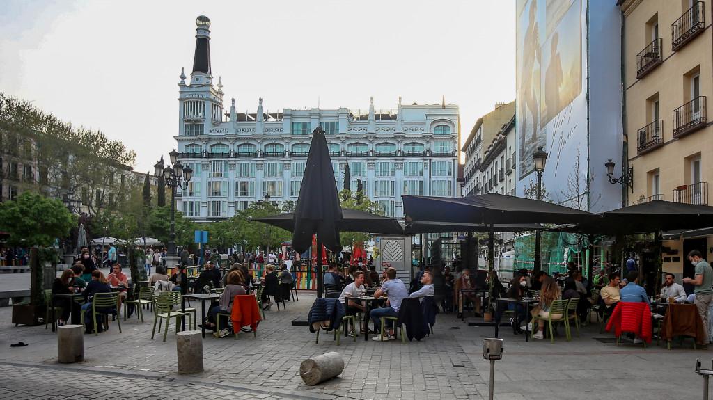 Varias personas, en la terraza de un bar en Madrid.
