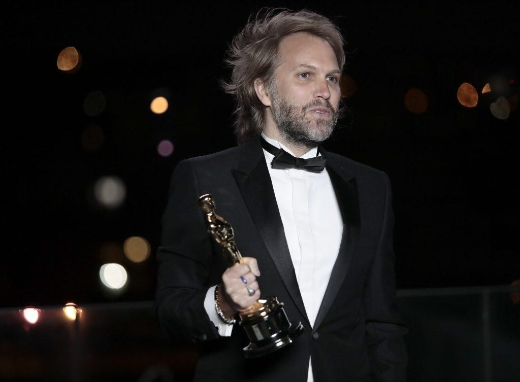 El cineasta Florian Zeller recoge el Oscar al mejor guion adaptado.