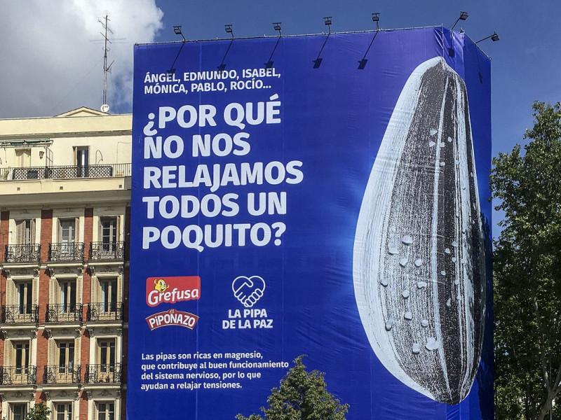 Una lona gigante instalada en Princesa llama a los candidatos a bajar el tono y firmar la 'Pipa de la Paz'
