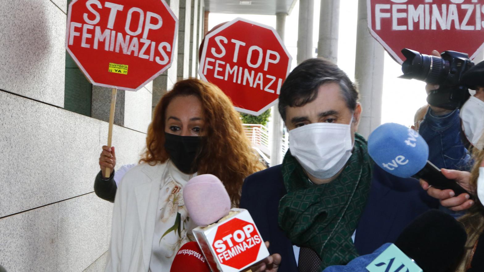 Rocío Carrasco, increpada en los juzgados con pancartas de 'Stop Feminazis'