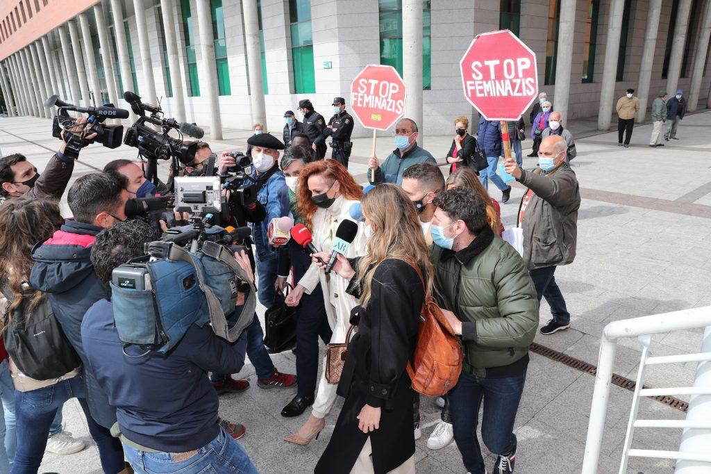 Rocío Carrasco se para a hablar para los medios a la salida del juicio