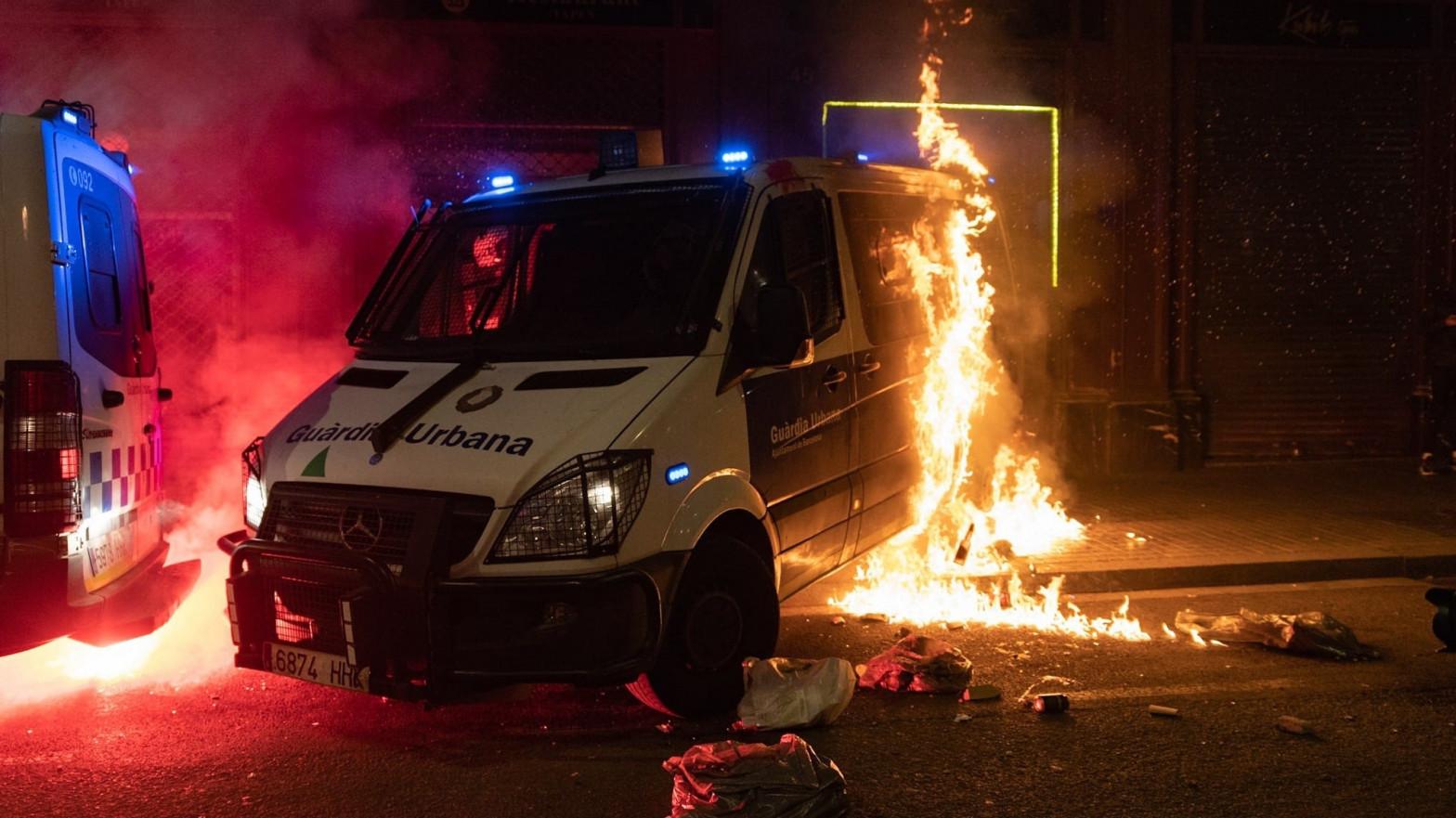 En libertad una acusada de quemar un furgón de la Guardia de Barcelona con un agente dentro