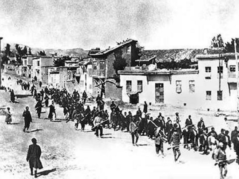 Un grupo de armenios es conducido a su lugar de ejecución.