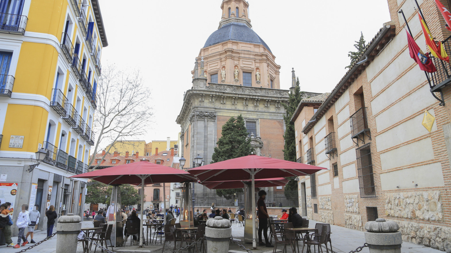 Un bar en una plaza de Madrid.