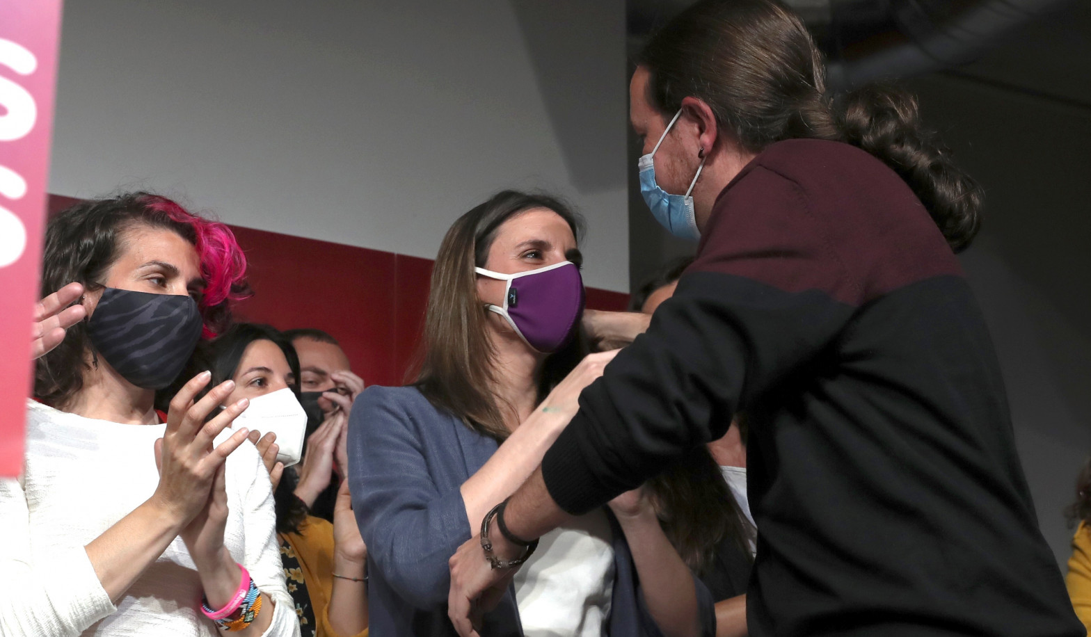 Pablo Iglesias con Irene Montero, tras anunciar su dimisión.