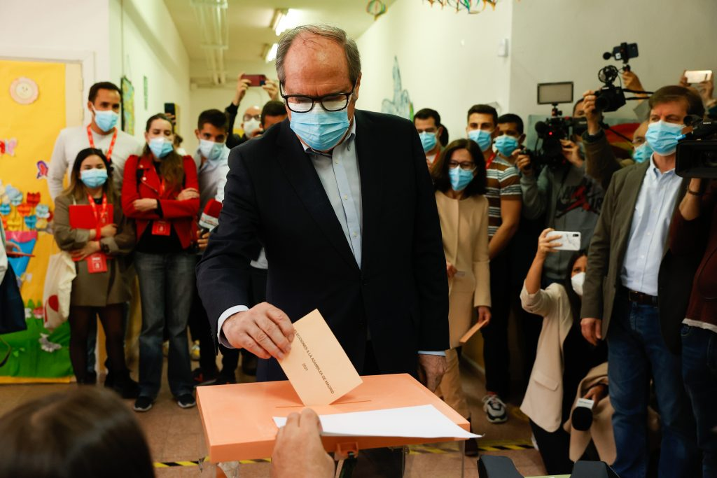Ángel Gabilondo del PSOE, votando por el 4-M
