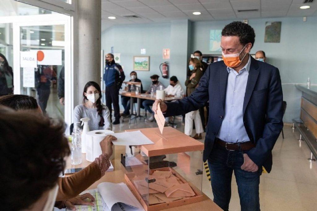 Edmundo Bal, de Ciudadanos, votando el 4-M