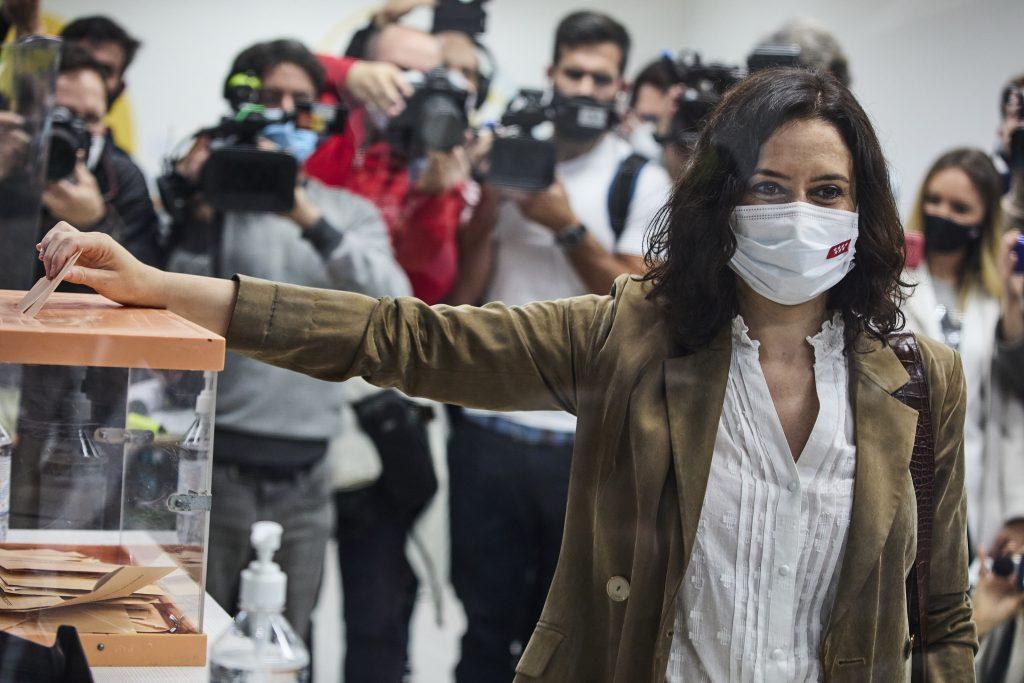 Isabel Díaz Ayuso, del PP, votando en las elecciones del 4-M
