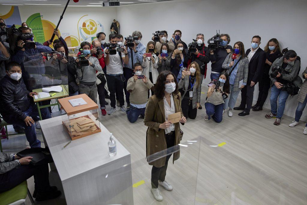 La presidenta de la Comunidad de Madrid, Isabel Díaz Ayuso, en el colegio electoral