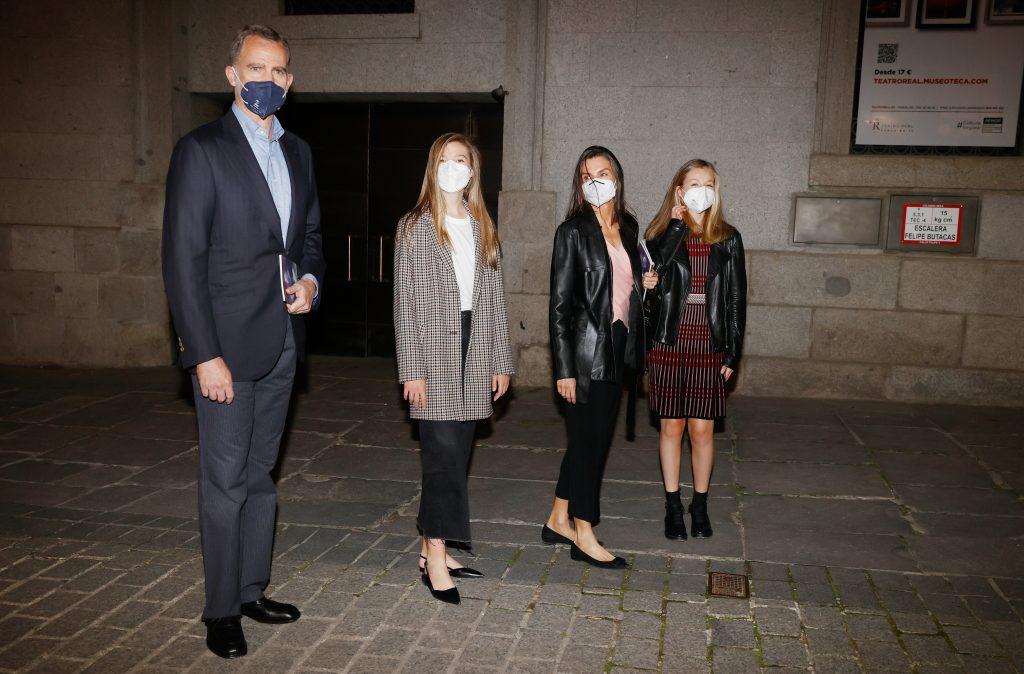 Los reyes Felipe y Letizia, con sus hijas en el Teatro Real