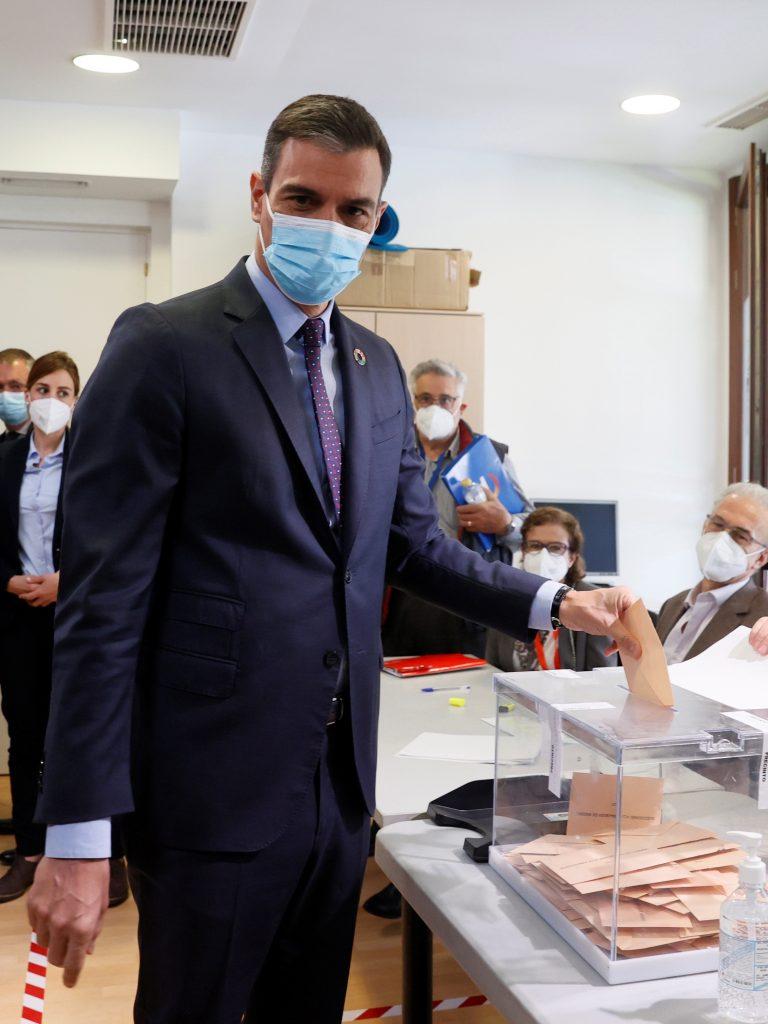 El presidente del Gobierno, Pedro Sánchez, votando el 4-M