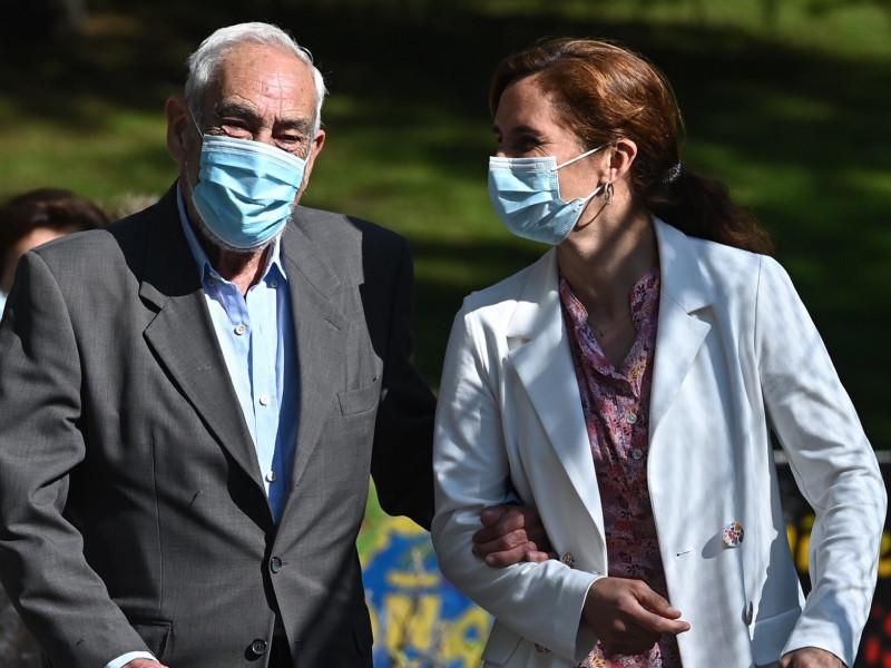 La candidata de Más Madrid, Mónica García (d), junto a su padre, Sergio García Reyes (i), a la entrada del Colegio Monserrat.
