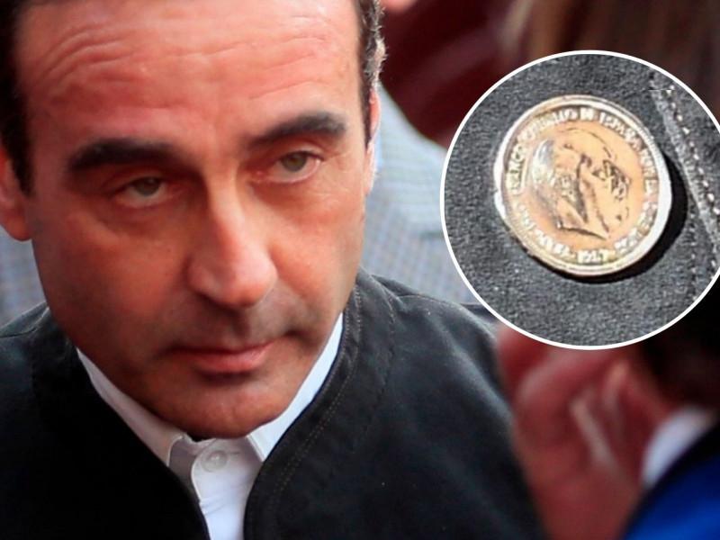 Polémica con Enrique Ponce por llevar una chaqueta con botones con la cara de Franco