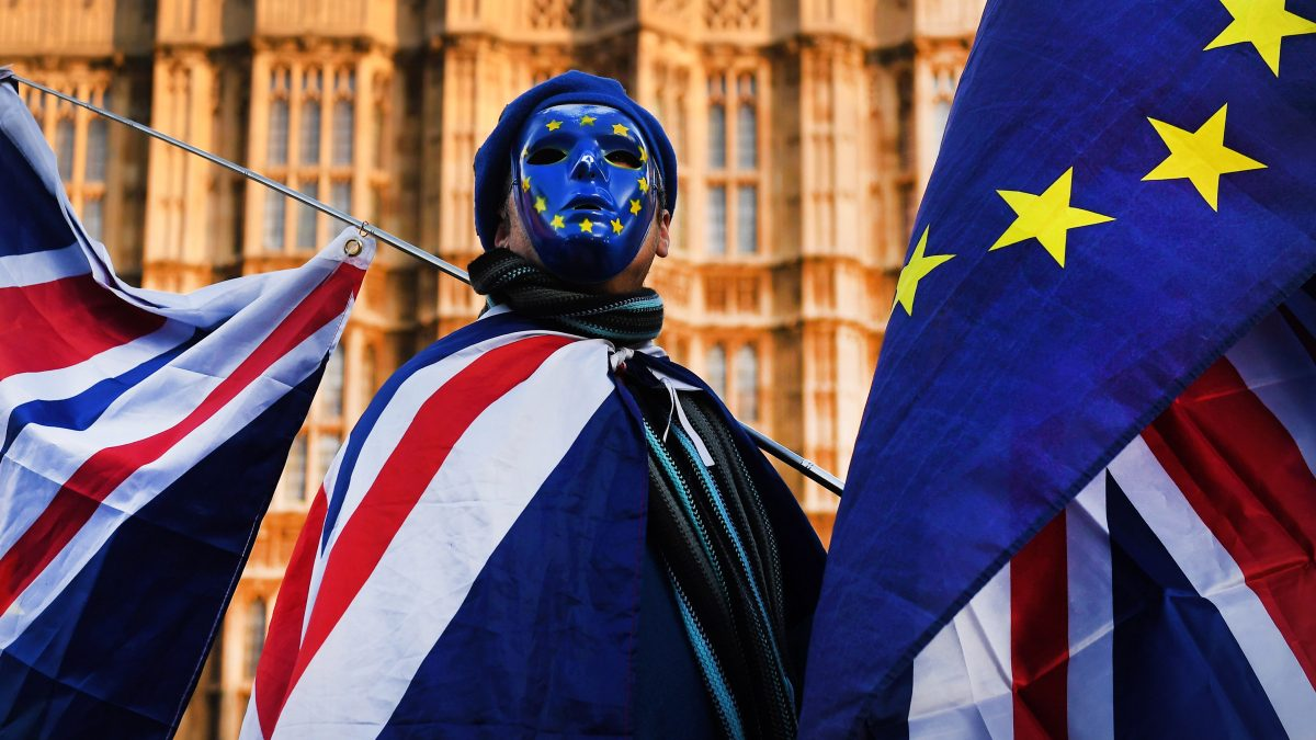 Un ciudadano con la bandera de Inglaterra y la de la Unión Europea.