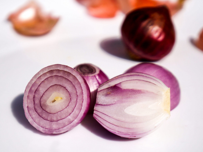 Cómo suavizar el fuerte sabor de la cebolla cruda para las ensaladas