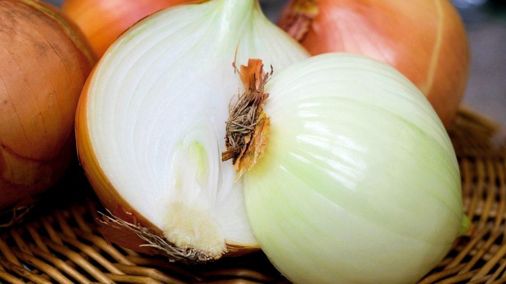 Cebolla cruda blanca